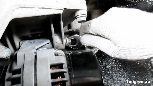 Zakruchivaem nignii bolt generatora kalina - Установка генератора лада калина